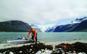 Michael Vogeley mit seinem Kanu am Fjord